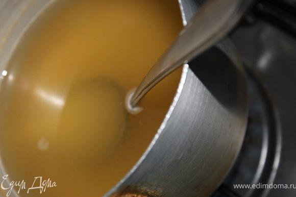 По истечении времени бульон с желатином поставить на огонь и подогреть, но не кипятить.