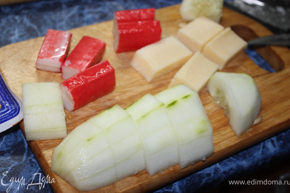 Порезать на кусочки все то, что вам необходимо для составления канапе. В моем случае это сыр, огурец, крабовые палочки и селедочка.