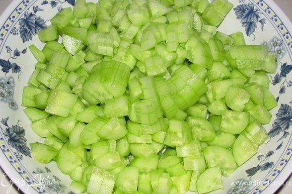 Азиатский огуречный салат готовится совсем просто. Огурцы очищаем от кожуры. Режем мелким кубиком. Приправляем на свой вкус солью, перцем, винным уксусом и лимонным соком. Получается очень свежий, ароматный салат с легкой кислинкой.
