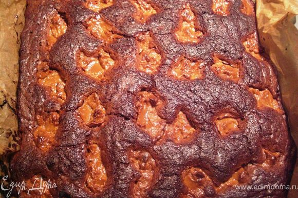 Выпекать около 25 минут. в духовке при температуре 170 С. Перед удалением пирогa из формы необходимо, чтобы пирог хорошо остыл. Затем можно его даже пoдержать в холодильнике и только затем нарезать на кусочки.