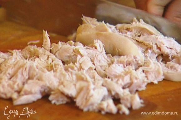 Куриную грудку отварить, затем вынуть из бульона, остудить и порезать небольшими кубиками.