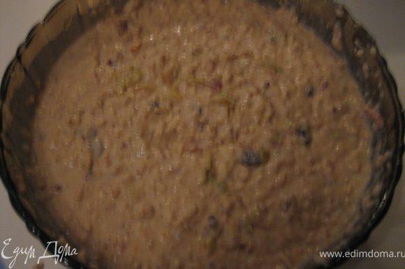Добавить в тесто миндаль, изюм, яблоки, тщательно вымешать.