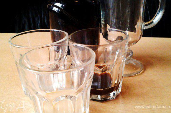Сливки взбить, кофе сварить. Отмерить нужное количество каждого ликера.