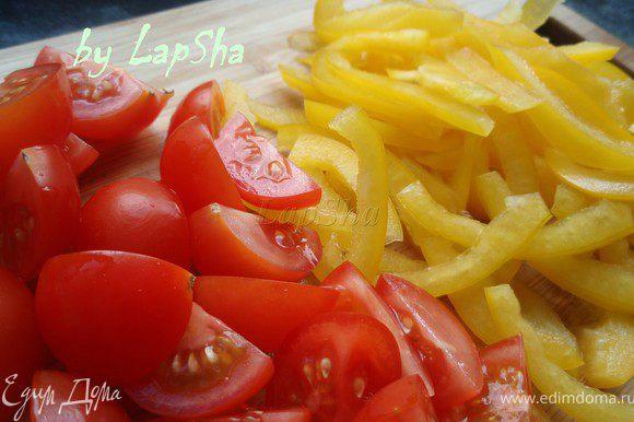 Тонкими полосками нарезать перец, помидоры черри разрезать на четвертинки.