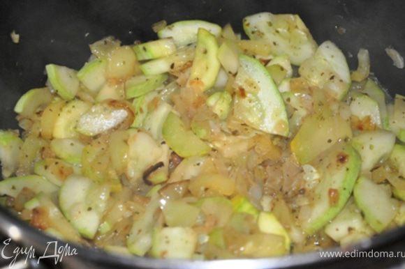 Добавить их к овощам вместе с майораном и жарить под крышкой на среднем огне, периодически помешивая, 7 минут.