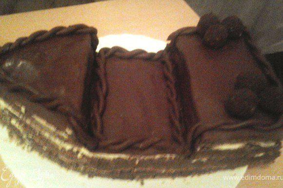 Шоколадную мастику раскатать, покрыть ей верхний слой торта. Вылепить 2 длинных жгутика, перевить и украсить ими торт.