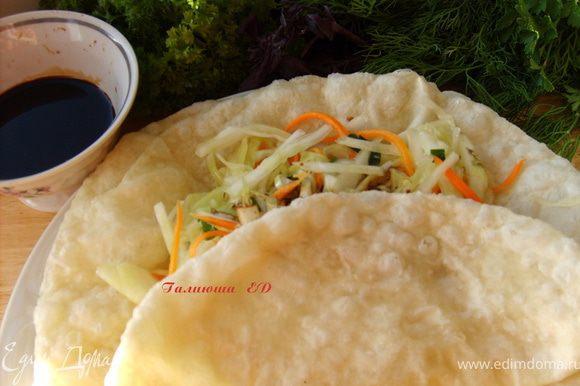 а я люблю вот так: делаю овощной салат из капусты, моркови, любой зелени, иногда можно добавить и рубленного отварного мяса,заворачиваю его в шелпек, и поливаю соевым соусом, получается донер по-казахски :))