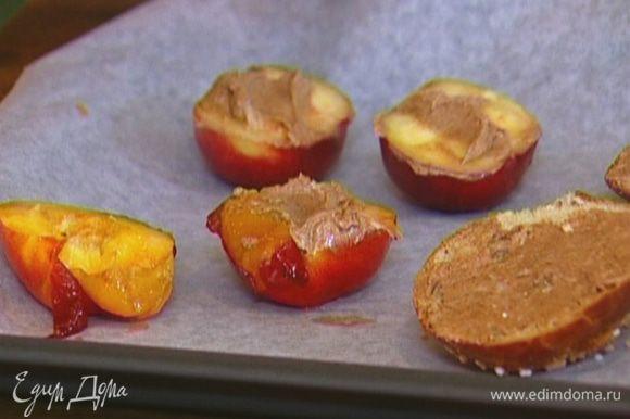 Намазать половинки булочек и нектаринов коричным маслом.