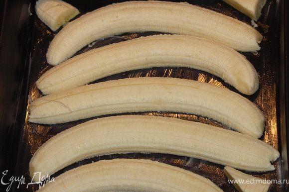 В форму смазанную сливочным маслом выложить бананы разрезанные пополам.