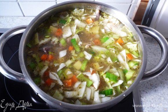 Когда время подойдет к концу, добавить все овощи к мясу. Долить еще немного воды, приправить специями. Довести до кипения и под крышкой на медленном огне варить еще 20 минут.