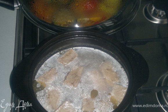 Мясо режем кубиками и обжариваем,добавляем утхо и тушим 20 минут. Овощи нарезаем колечками жарим лук и чеснок, добавляем тыкву и все остальные овощи и 5 минут обжариваем , добавляем специи и тушим еще 10 минут под крышкой на маленьком огне.