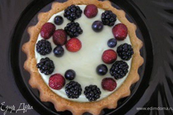 Ягоды и виноград промыть, обсушить на бумажном полотенце. Украсить тарт. На 2 часа поместить в холодильник.