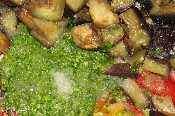 Все овощи складываем вместе, добавляем соль, сахар, уксус, воду(2ст.ложки),зеленую массу из блендера.