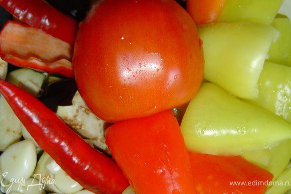 Очищаем чеснок,помидоры, горький и сладкий перец моем, удаляем плодоножки и семена, у баклажанов удаляем плодоножки. Все овощи пропускаем через мясорубку или кухонный процессор,добавляем масло, солим по вкусу и кипятим на протяжении 50 минут, в конце варки добавляем уксус. Закатываем в стерилизованные банки, и желательно хранить в прохладном месте. Приятного аппетита!