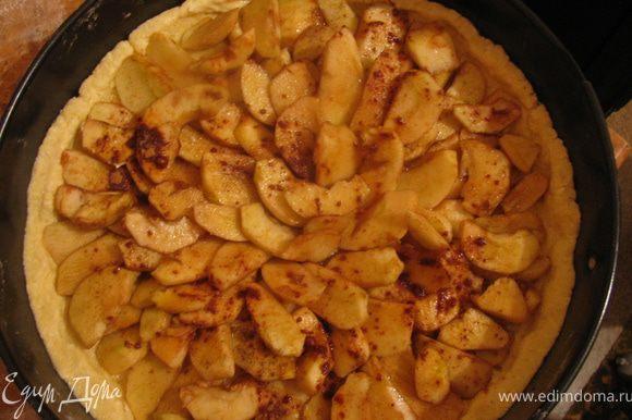 Из лимонного сока воды и сахара сделаем соус.Все ингредиенты смешиваеи и варим на медленном огне пока не начнет карамелизировться.Поливаем соусом яблочки и в духовку на 20-25мин при температуре 180гр.