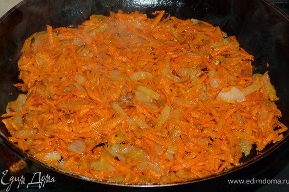 Морковь трём на крупной тёрке идобавляем к луку. После этого надо добавить шампиньоны или любые другие грибы, жаль, у меня их не оказалось.Но, поверьте, и без них это ооочень вкусно! Я думаю, что в эту начинку можно добавить ещё много чего(болгарский перец, помидоры, кукурузу, рис и т.д.), но сейчас я излагаю именно такой вариант рецепта, с каким я познакомилась впервые.