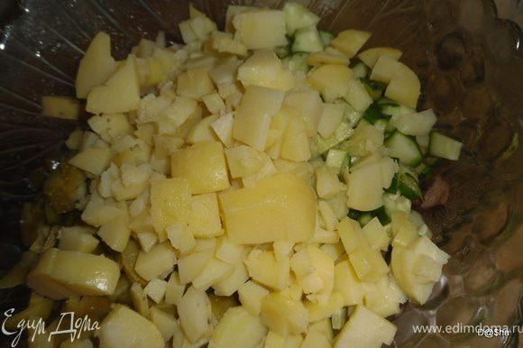 Отварной картофель также нарезать и положить в салатницу