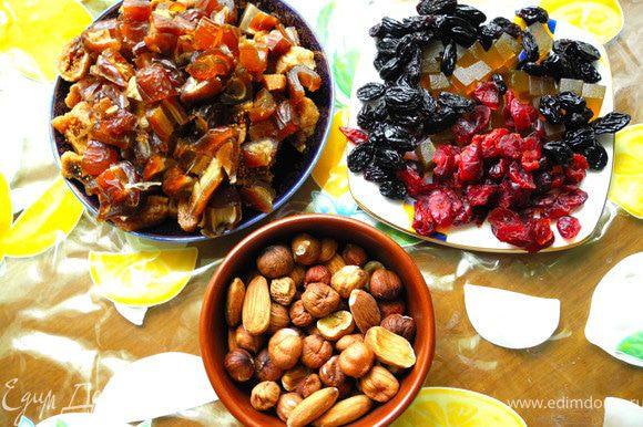 Добавить сухофрукты, мармелад и пряности (семена кардамона предварительно измельчить), снова перемешать.