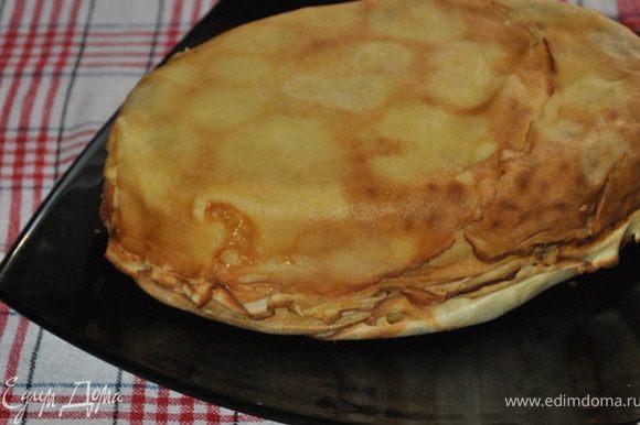Перевернуть готовый пирог на тарелку