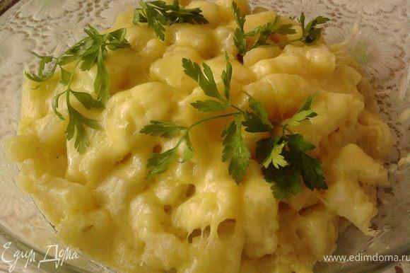 Сыр натереть на крупной тёрке и положить его сверху на картофель. Запечь в духовке в течение 10-15 минут при 180 градусах.