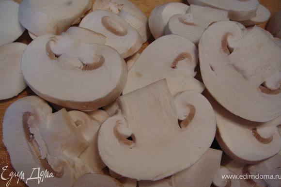 Грибы порезать крупными пластинами.