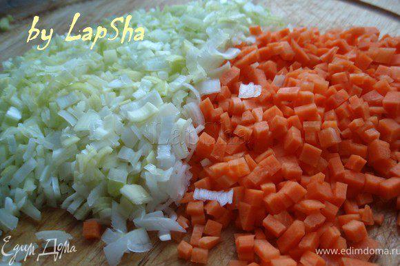 Морковь и лук-парей тоже нарезать мелкими кубиками.