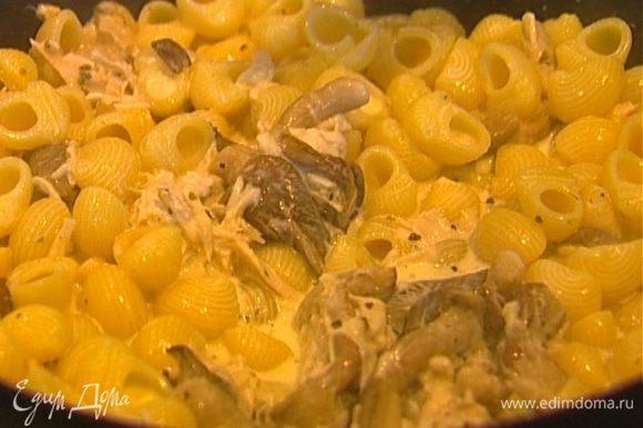 Выложить к грибам с курицей отваренные макароны, перемешать.