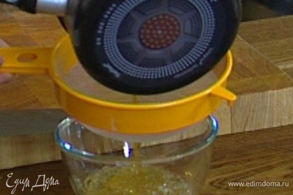 Уваренный яблочный сок процедить через сито, соединить с желатином и перемешивать, пока желатин не растворится.