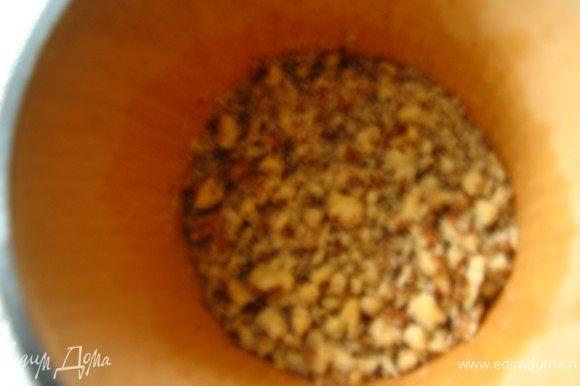 Орехи мелко режем или измельчаем в ступке. Важно чтобы они были небольшими кусочками.