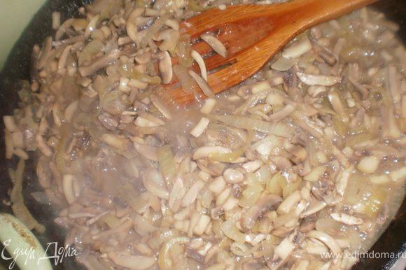 Лук и грибы нарезать соломкой, обжарить на растительном масле, посолить, поперчить.