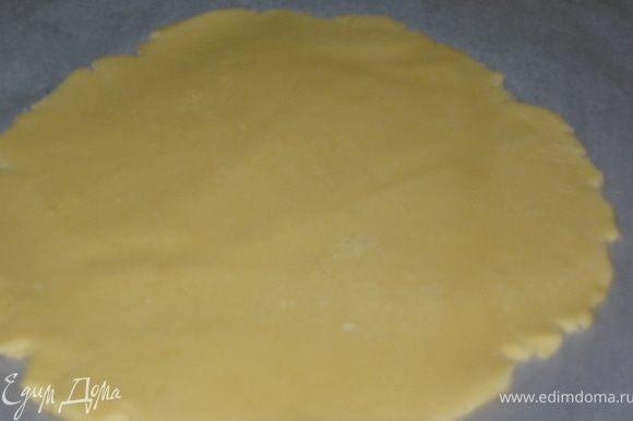 Разогреть духовку до 180гр. Тесто разделить на 2 части. На бумаге для выпечки начертить круг диаметром 23,5см. и аккуратно раскатать тесто помогая руками. Вместе с бумагой переместить в духовку и выпекать 10 минут до золотистого цвета.