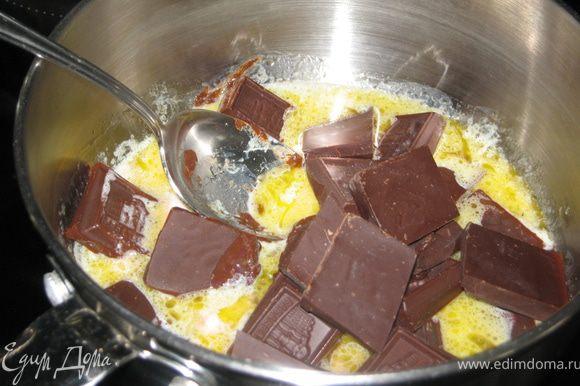 Готовим глазурь: масло растопить, добавить сливки, шоколад.