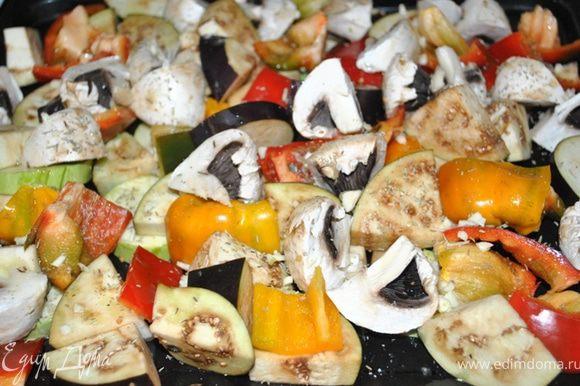 Овощи и грибы порезать довольно крупными кусками, выложить на противень, посолить, посыпать травками, измельченным чесноком, сбрызнуть оливковым маслом и запекать при тем-ре 200 гр. 20 мин. Остудить до теплого.