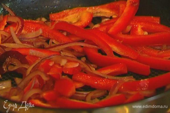 Сладкий перец, удалив плодоножку с семенами, нарезать тонкими полосками и отправить к луку с чесноком.