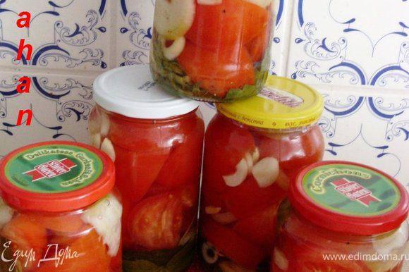 """Для маринования резаных помидор в баночках: Плотно уложить в баночки помидоры, лук, чеснок и лавровый лист. 2 раза залить их кипятком и оставить на 10 минут. А третий раз залить кипящим рассолом и добавить в банку 9% уксус. Баночки закрыть крышками, перевернуть на блюдце, накрыть """"шубой"""" и оставить их до полного остывания."""