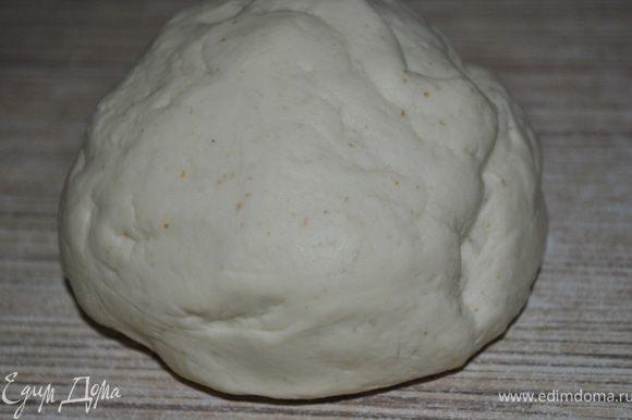 Но со временем соберется мягкий, упругий шар. Хорошо вымесить тесто в течение 10ти минут. Тесто завернуть в пленку и положить на час в холодильник.