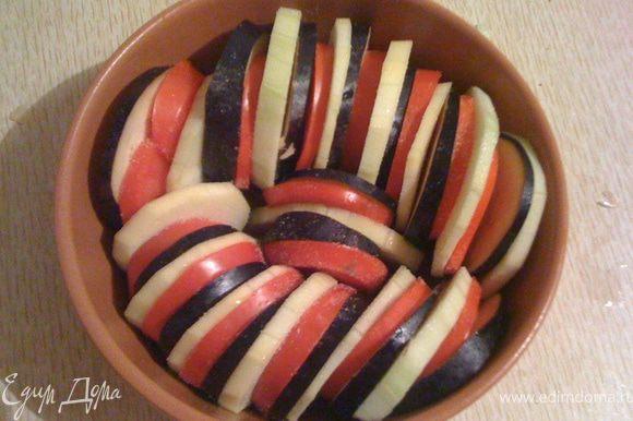 Кабачки, баклажаны, томаты режем кружочками, выкладываем в огнеупорную форму.