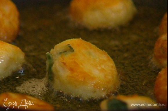 Разогреть в сковороде оставшееся оливковое масло и обжарить бомбочки со всех сторон, а затем выложить на бумажное полотенце, чтобы убрать излишки жира.