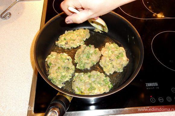 На разогретое в сковороде масло выкладывать котлетки, формуя ложкой (лопаткой).