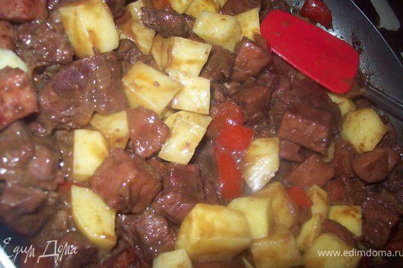 кртошку порезать кубиками 2 на 2 и добавить в гуляш. тушим еще минут 15-20 до готовности картошки. Далее подаем блюдо к столу.)))