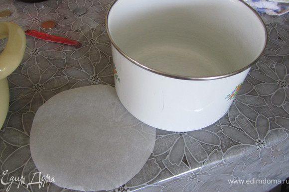 16. Собираем наш торт (ОЧЕНЬ БЫСТРО). Я это делала в круглом судочке. На дно вырезаем круг их бумаги.