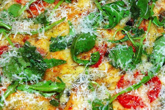 Пока пицца не остыла, посыпаем ее остатками рукколы, мелко натертым пармезаном (обожаю двойной сыр), еще немного молотого перца и сбрызнем хорошим оливковым маслом. А теперь быстро поедаем ее, нежную, сочную, ароматную и невероятно вкусную! Приятного аппетита!