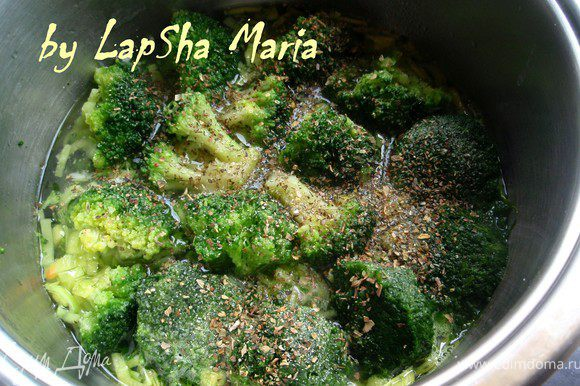 Когда вода закипит посолить, приправить черным перцем и итальянскими травами. Накрыть крышкой и осавить томиться на 10-15 минут.