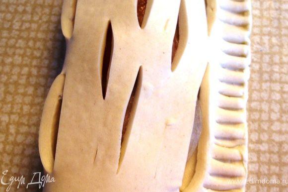 На правую часть выложить начинку: лук и брусочек рыбки. Левой половинкой закрыть правую и зубчиками вилки придавить соединенные части.