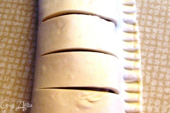 Левой половинкой закрыть правую и зубчиками вилки придавить соединенные части.
