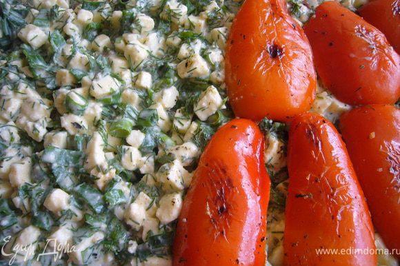 Глубокую форму смазать слегка маслом, выложить слой баклажанов, затем слой мяса с луком, на него адыгейский сыр с зеленью, затем сладкие перцы.