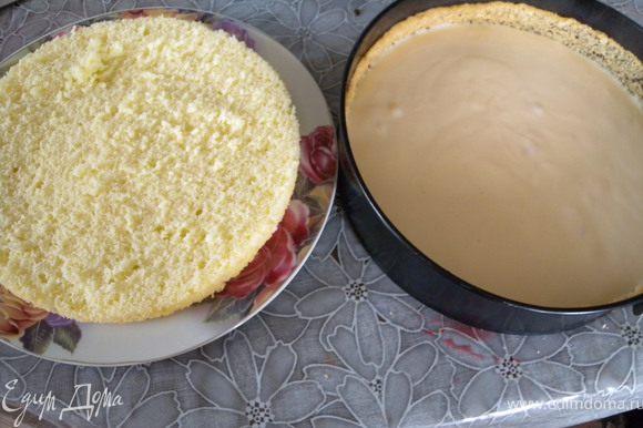 Выложить на корж половину ягод. Заливать крем (половину) на корж в горячем виде, так как крем быстро схватывается.