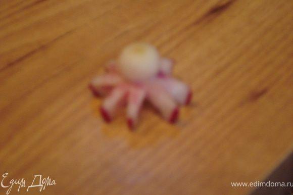 Из редиса вырезаем осьминога и морских звезд.