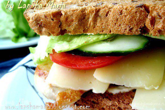 А вот вариант для мужа. 2 кусочка хлеба запечь в тостере или духовке, смазать каждый соусом и уложить начинку так же как и в ролл. Можно ещё добавить листик салата для большей сочности и хрусткости.