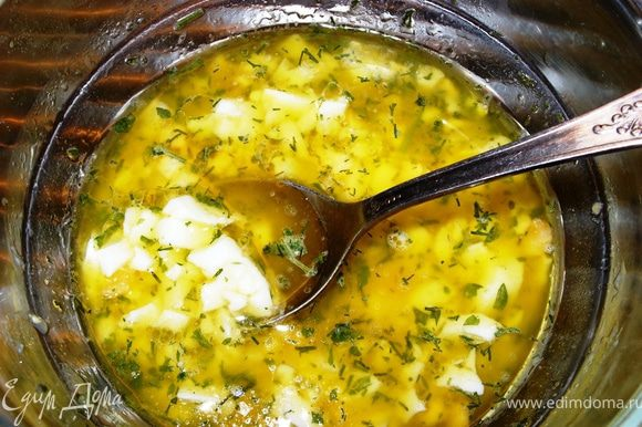 Смешать в плошке яйцо, масло, рубленную зелень и 5 ст.л. рыбного бульона - это соус.